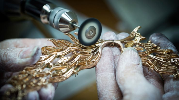 The making of the 'Flamant Corail' necklace with detachable clip in coral, pink sapphires, peridots, onyx and diamonds.