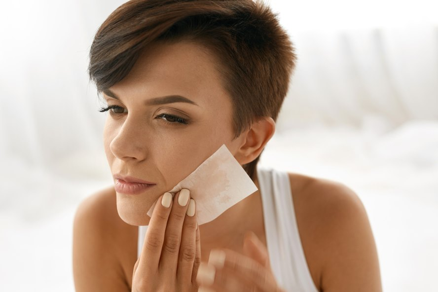 Oil-Be-Gone-Best-Luxury-Blotting-Sheets-For-Quick-Touch-Ups-Featured-Image