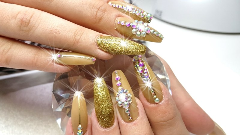 Get-Fabulous-and-Flashy-Nails-With-These-9-High-end-Gold-Nail-Polishes